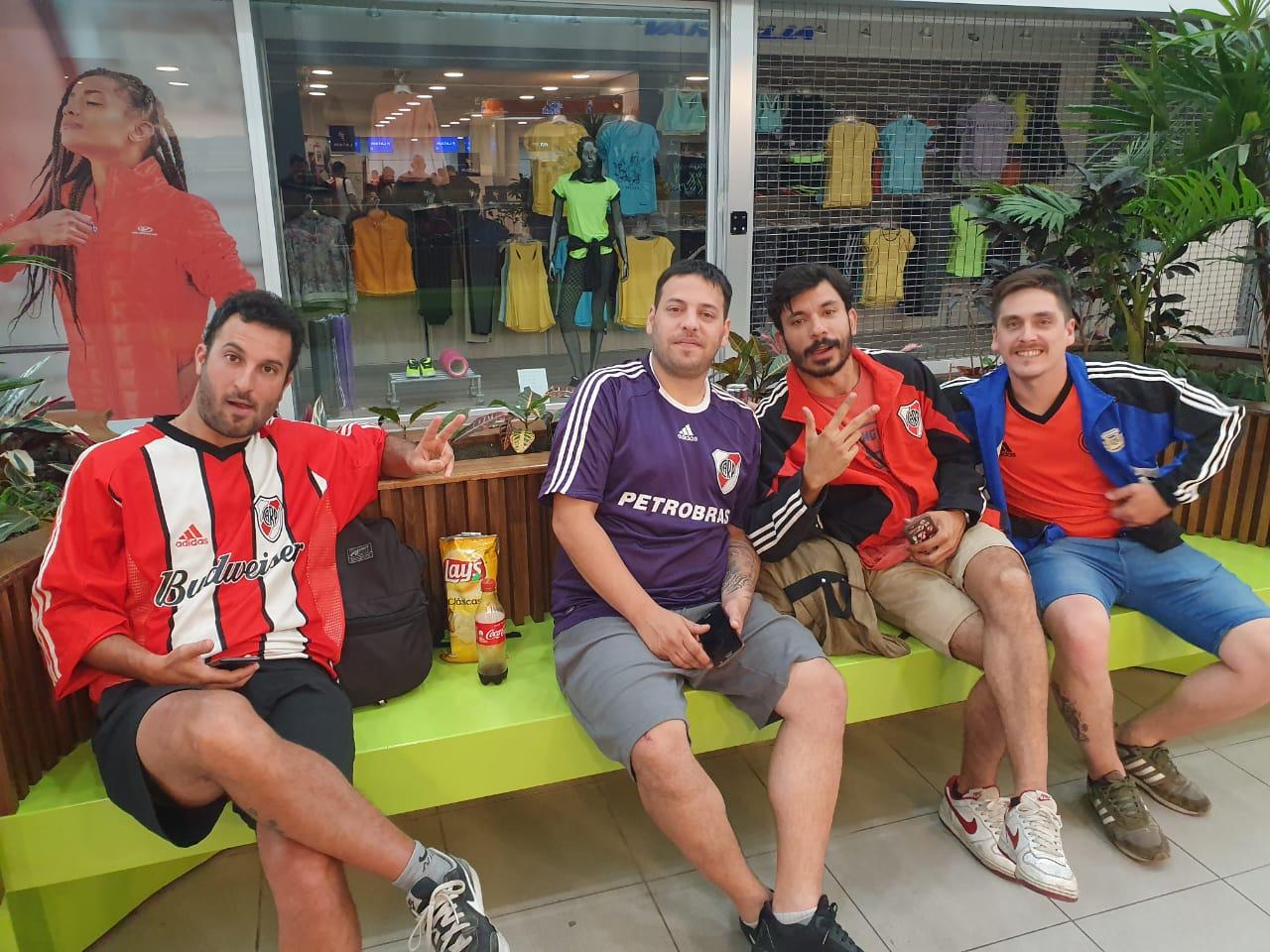 Hinchas de River de Buenos Aires viajaron a Lima desde Rosario - Sin Mordaza